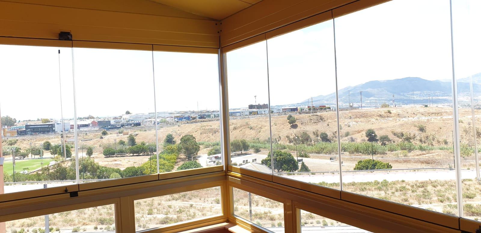 Terraza cortina de cristal y techo lacado en el c nsul m laga for Cortina cristal terraza